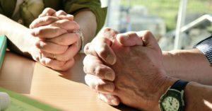 Gemeinsames Beten zweier Menschen