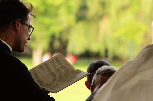Pastor liest etwas vor